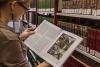 Wissenschaftlerin in der Bibliothek