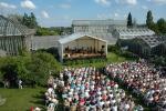Sommerkonzert im Botanischen Garten inmitten des Gewächshausensembles