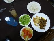 Kubanisches Mittagessen: Reis, Fleisch mit gerösteten Kochbananen, grünem Salat, Orangen und Papaya.  Foto: Brigitte Zimmer / Botanischer Garten und Botanisches Museum Berlin