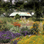 Sommer: Duft- und Tastpflanzengarten in voller Blüte